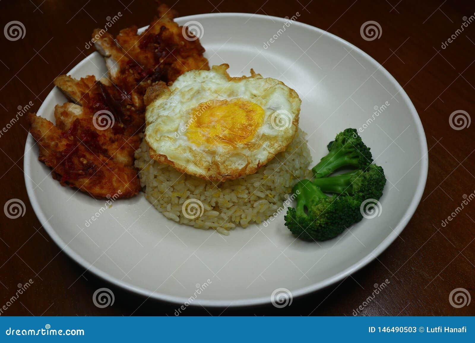 De speciale gebraden rijst met kruidige Spaanse peper braadde kippensaus, broccoli en braadde omelet
