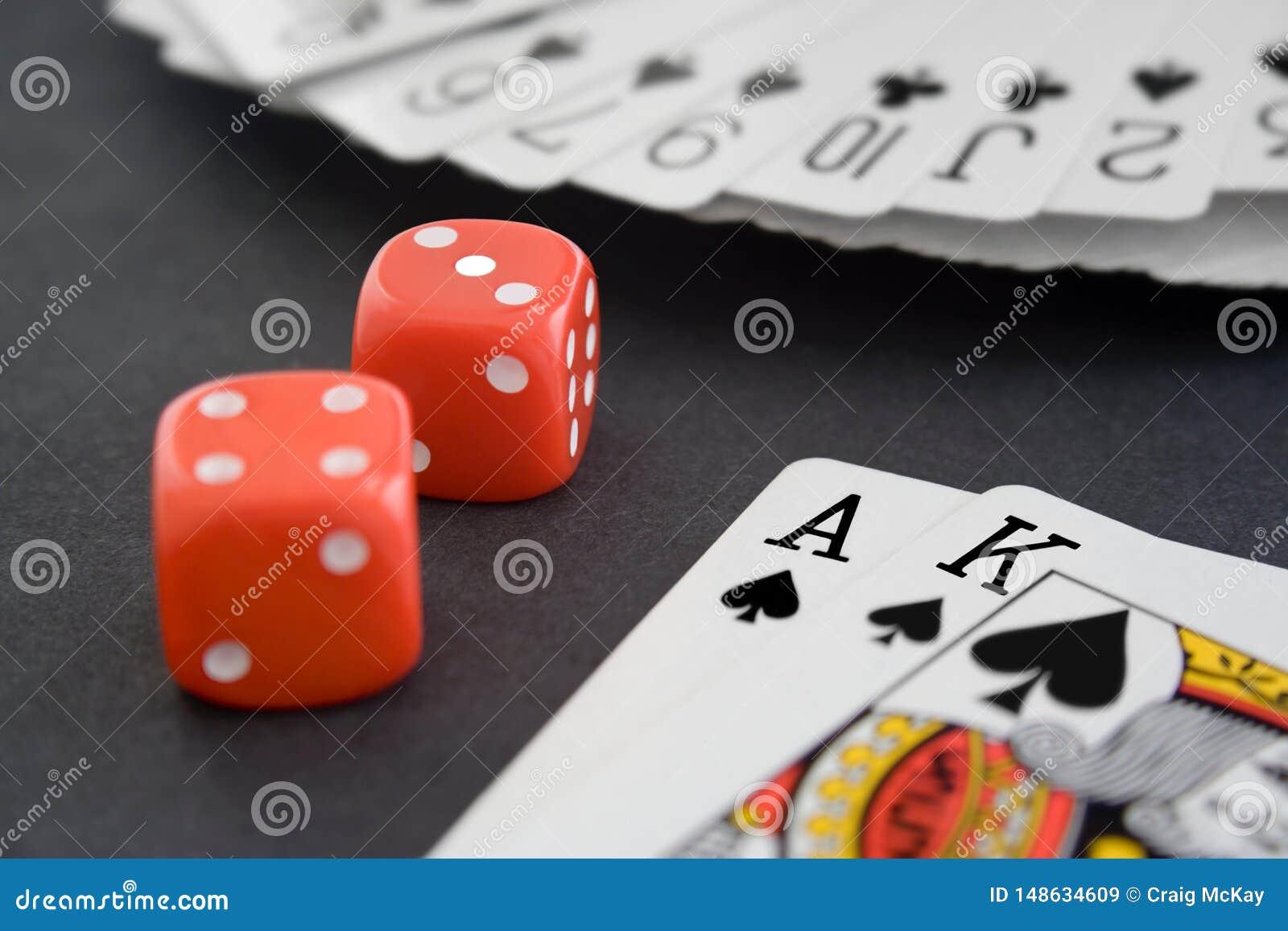 De speelkaarten & dobbelen op Zwarte Oppervlakte