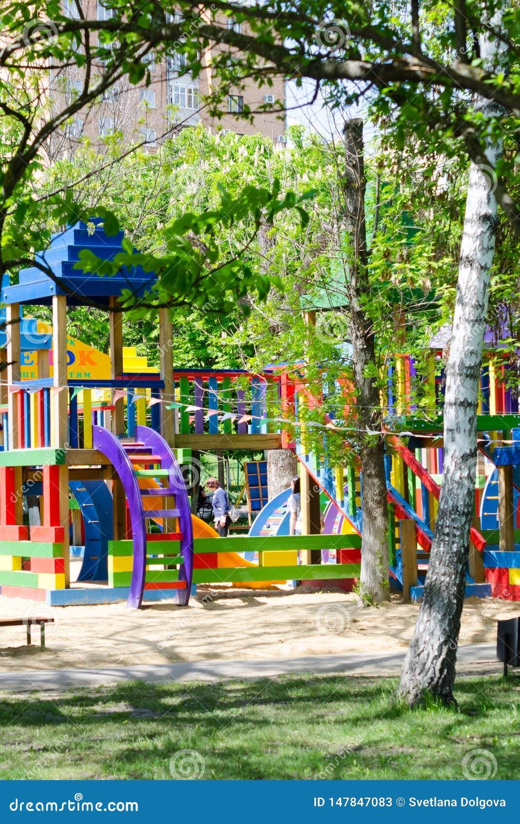 De speelplaats van kinderen in park