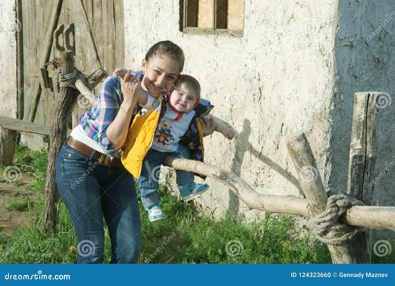 De spelen van het mamma met haar zoon