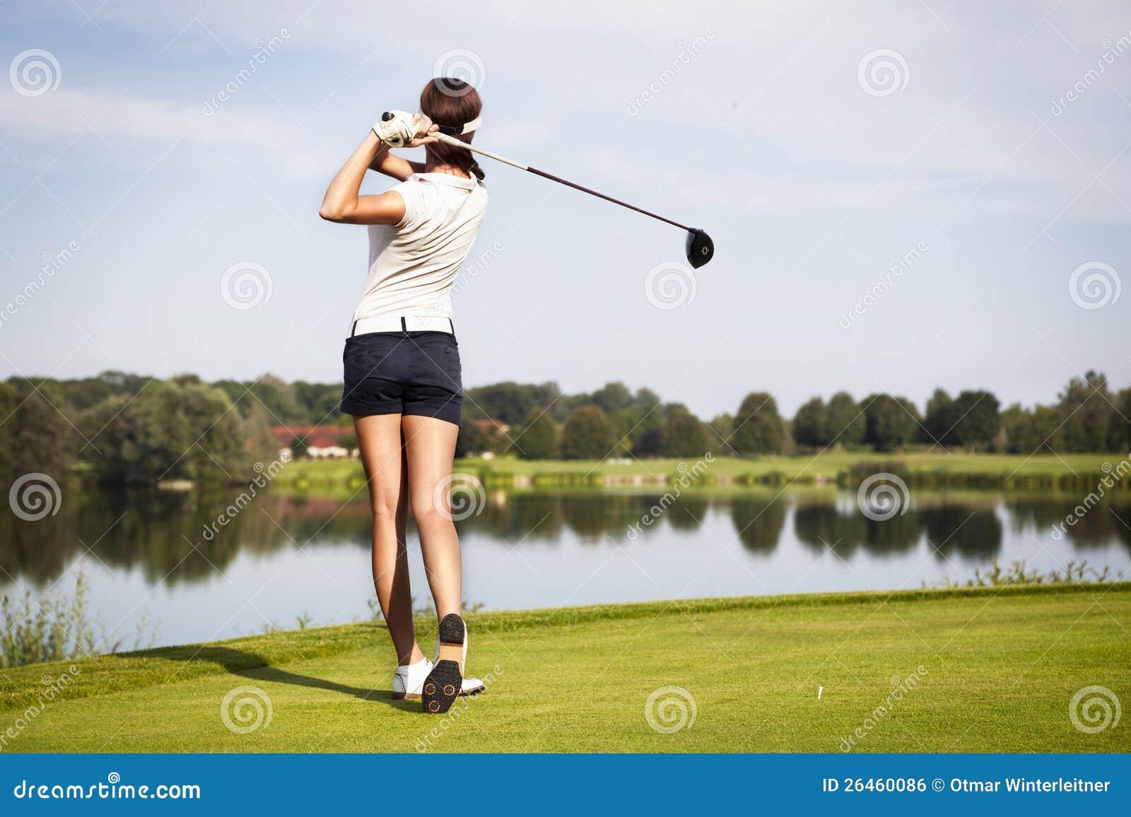 De speler die van het golf weg teeing