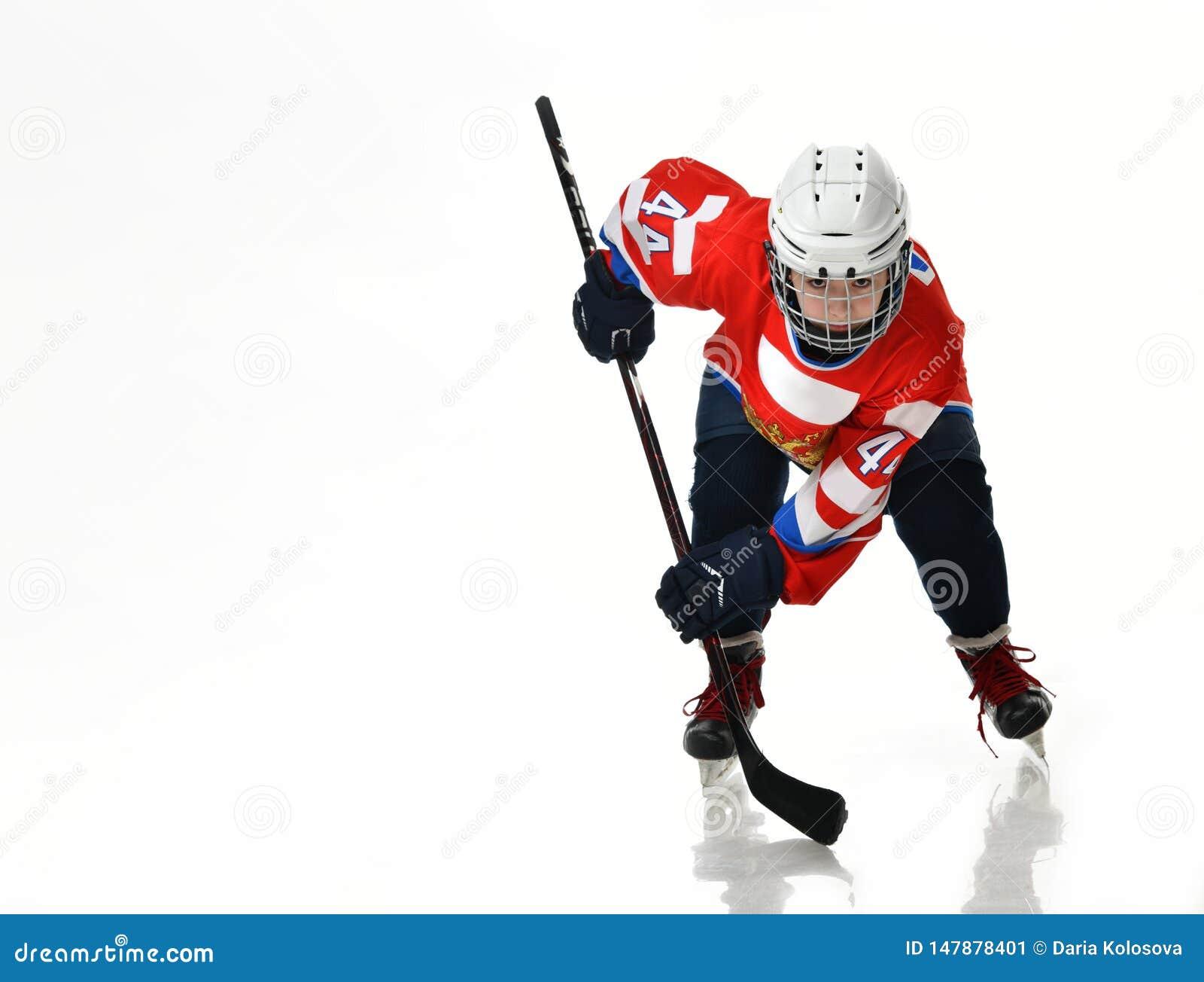 De speler van het jongenshockey in studiosilhouet op witte achtergrond wordt ge?soleerd die