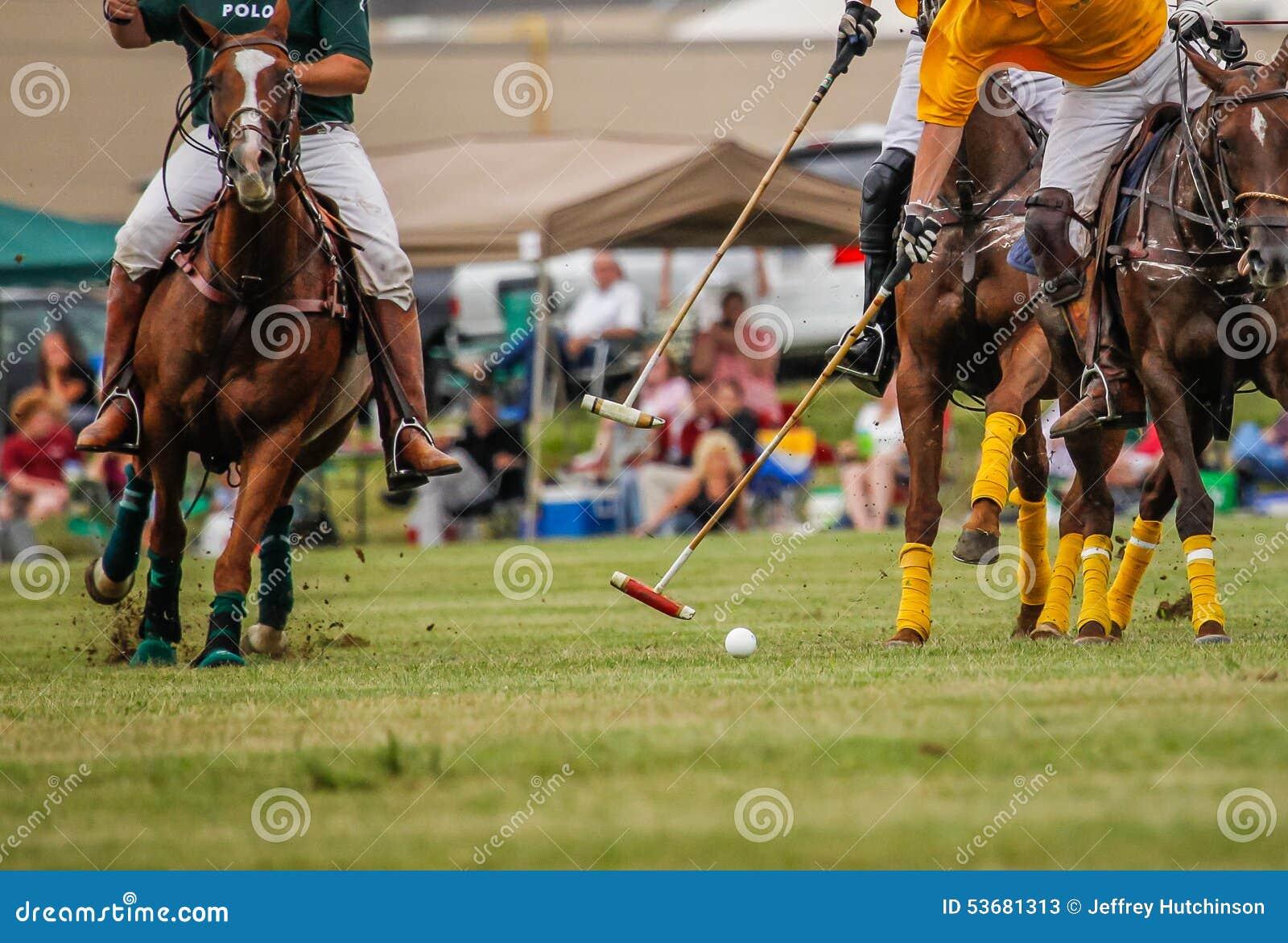De spelers in een polo passen aan