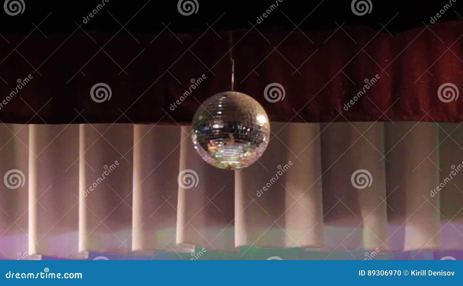 Discobal Met Licht : De spiegelbal wijst op wit licht discobal met weerspiegelde