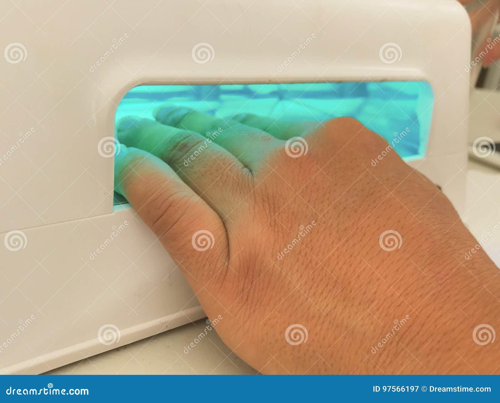 De spijkers van de ultraviolet lichthand het schilderen