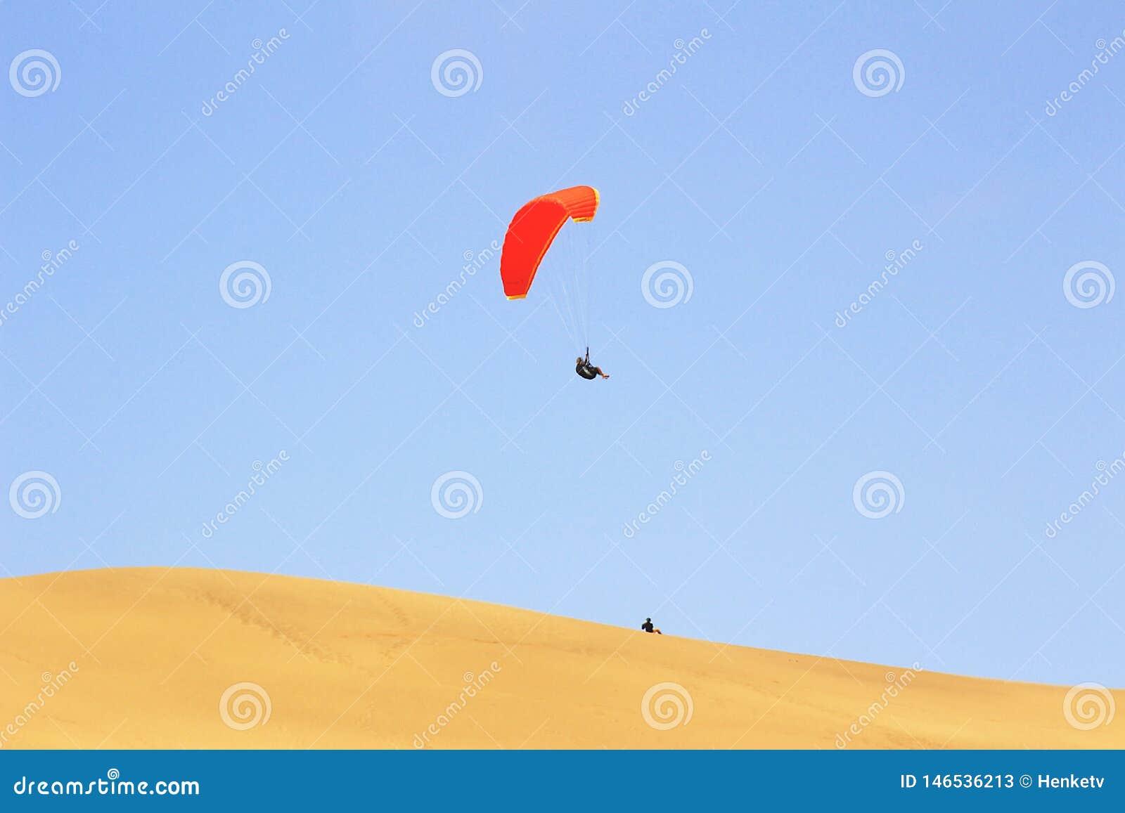 De sport van het springen van het zandduin en het uitvoeren van acrobatische manoeuvres in de lucht tijdens vrije daling alvorens