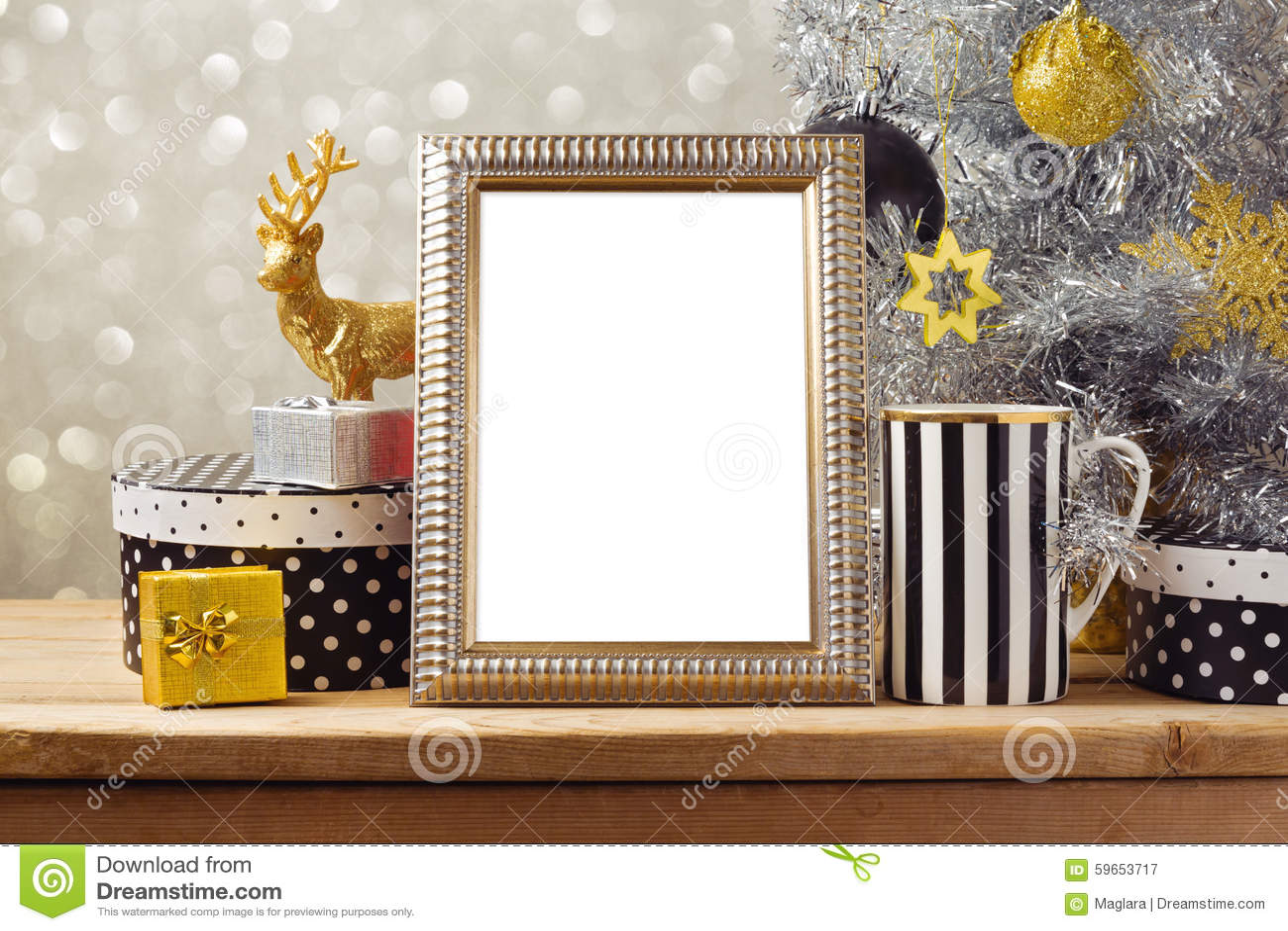 De spot van de Kerstmisaffiche op malplaatje met Kerstboom en giftvakjes Zwarte, gouden en zilveren decoratie