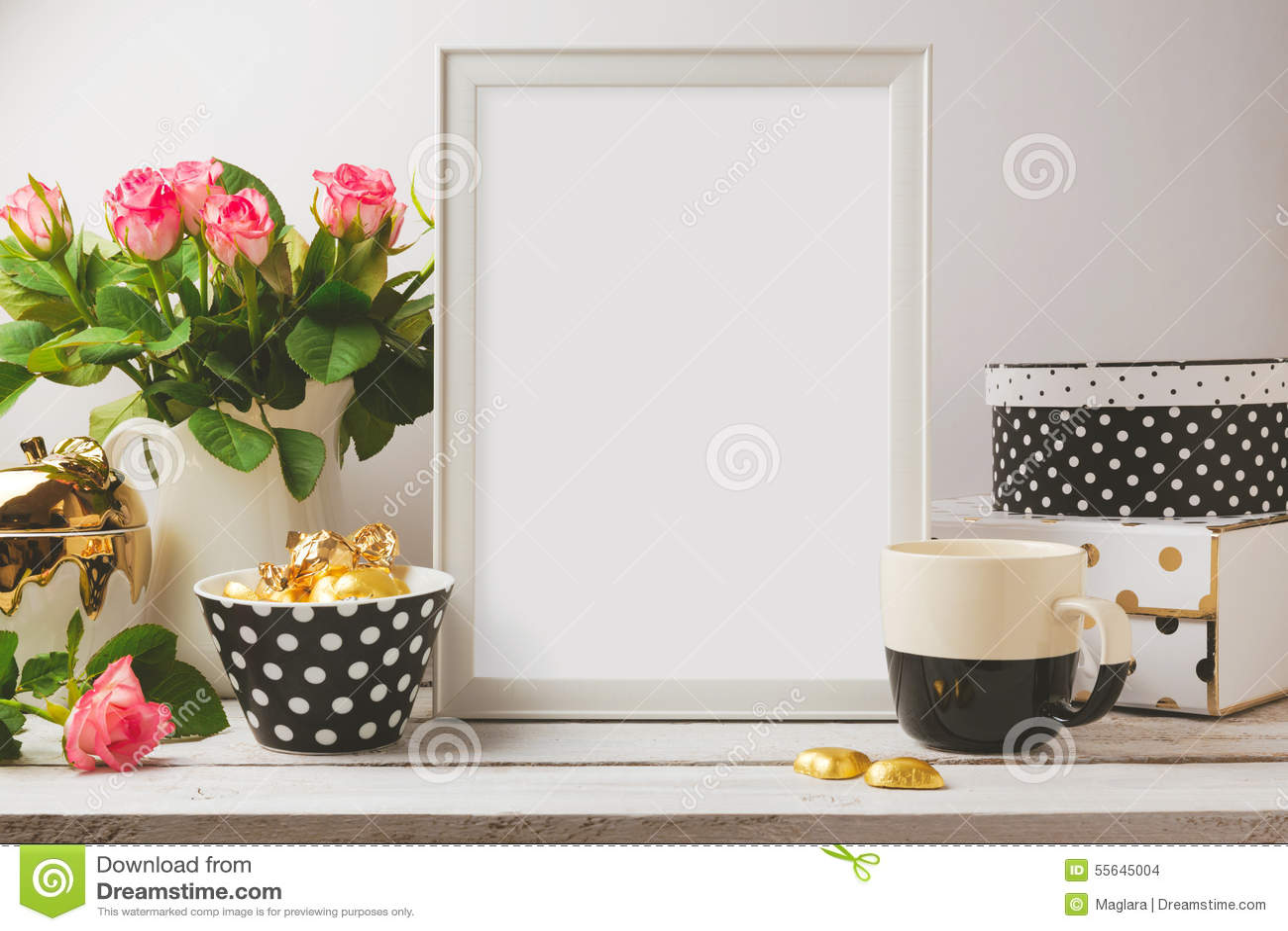 De spot van het affichemalplaatje omhoog met glamour en elegante vrouwelijke voorwerpen