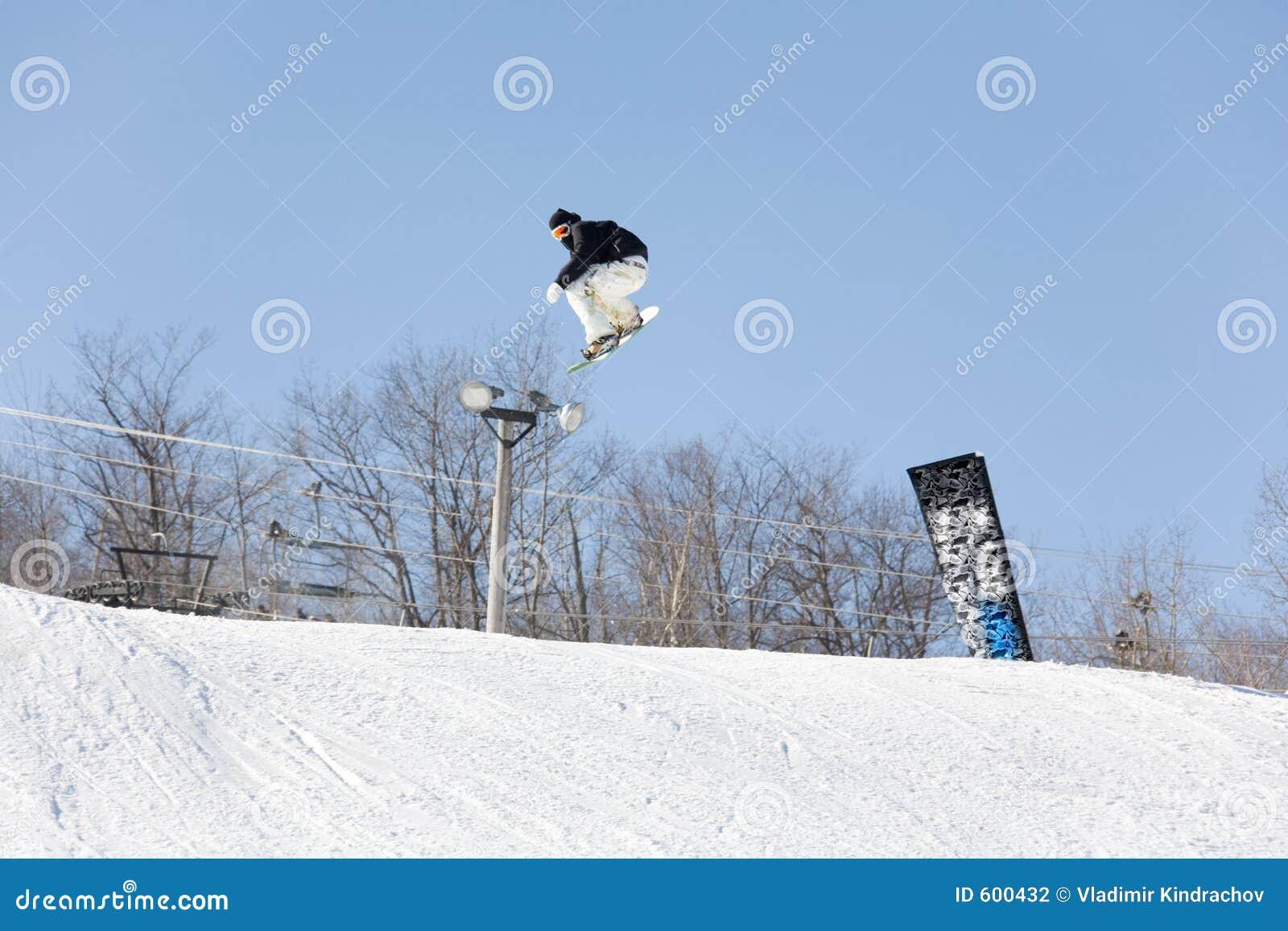 De sprong van de ski snowboad