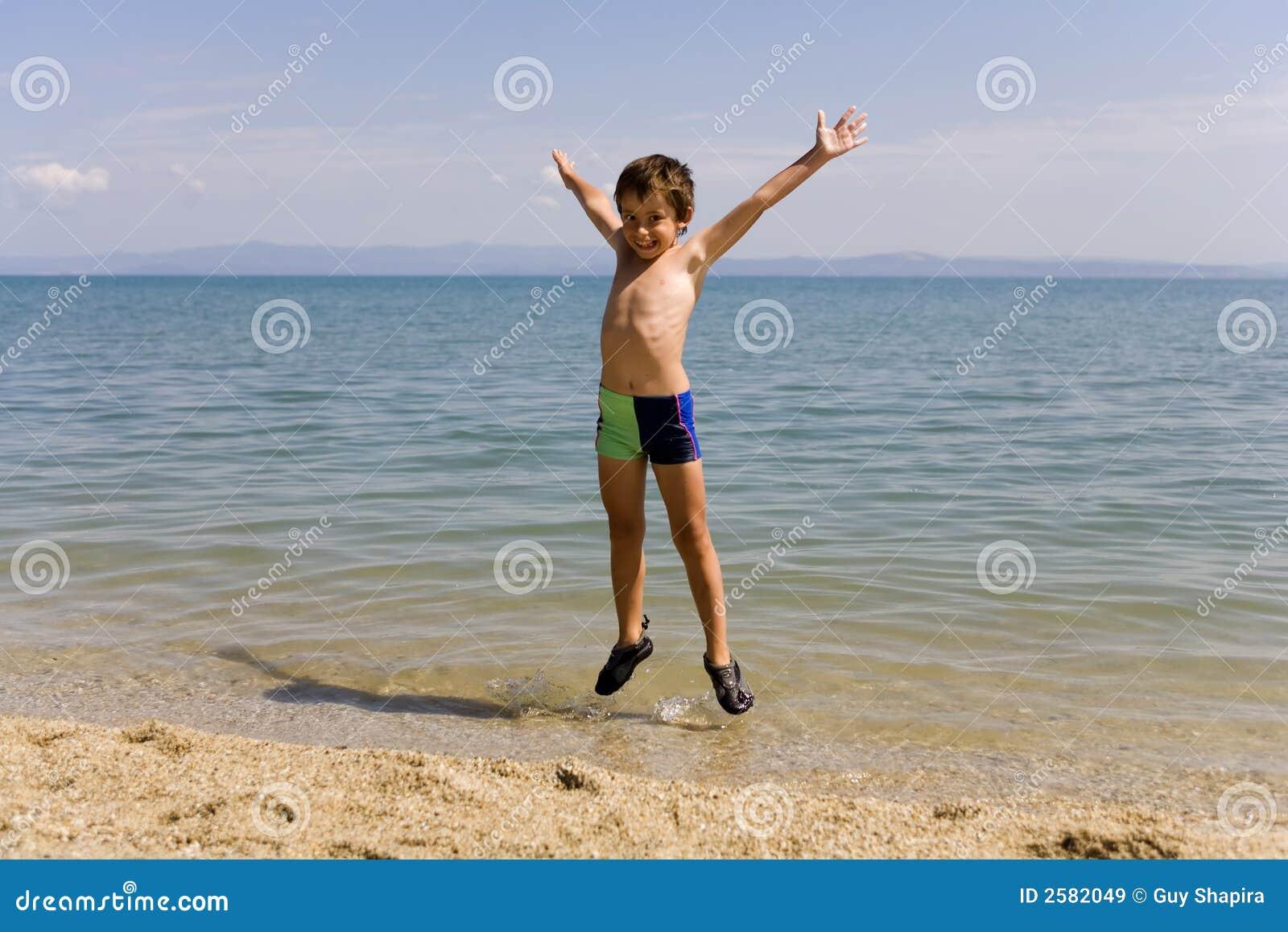 De sprong van het kind op zeekust