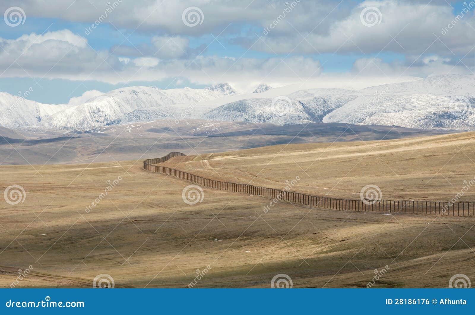 De staatsgrens tussen Rosiey en Mongolië in Altai Mounta