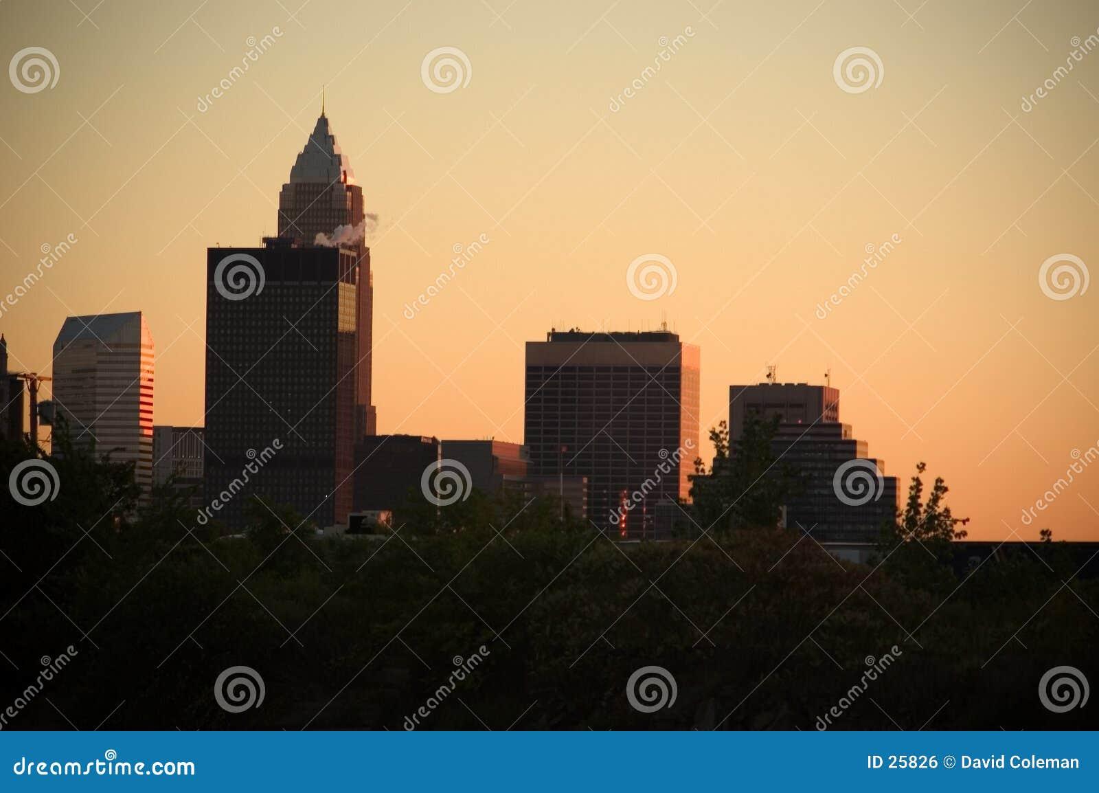 De stad in bij zonsondergang