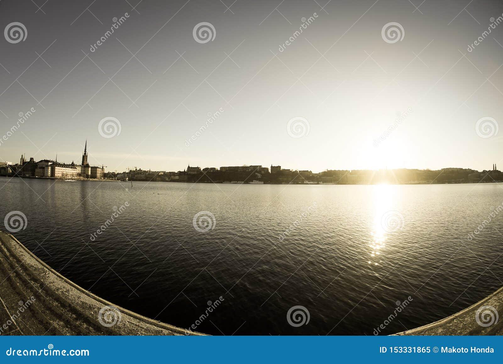 De stad en de zonsopgang van Stockholm