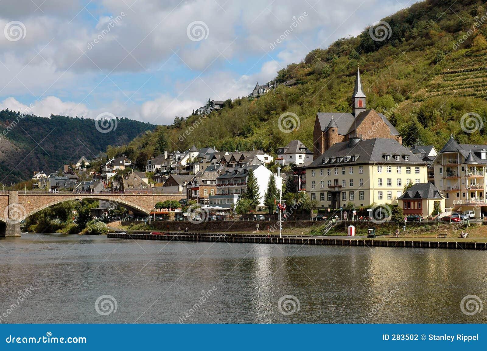 De Stad Van Cochem Duitsland Op De Rivier Van Moezel Stock Foto