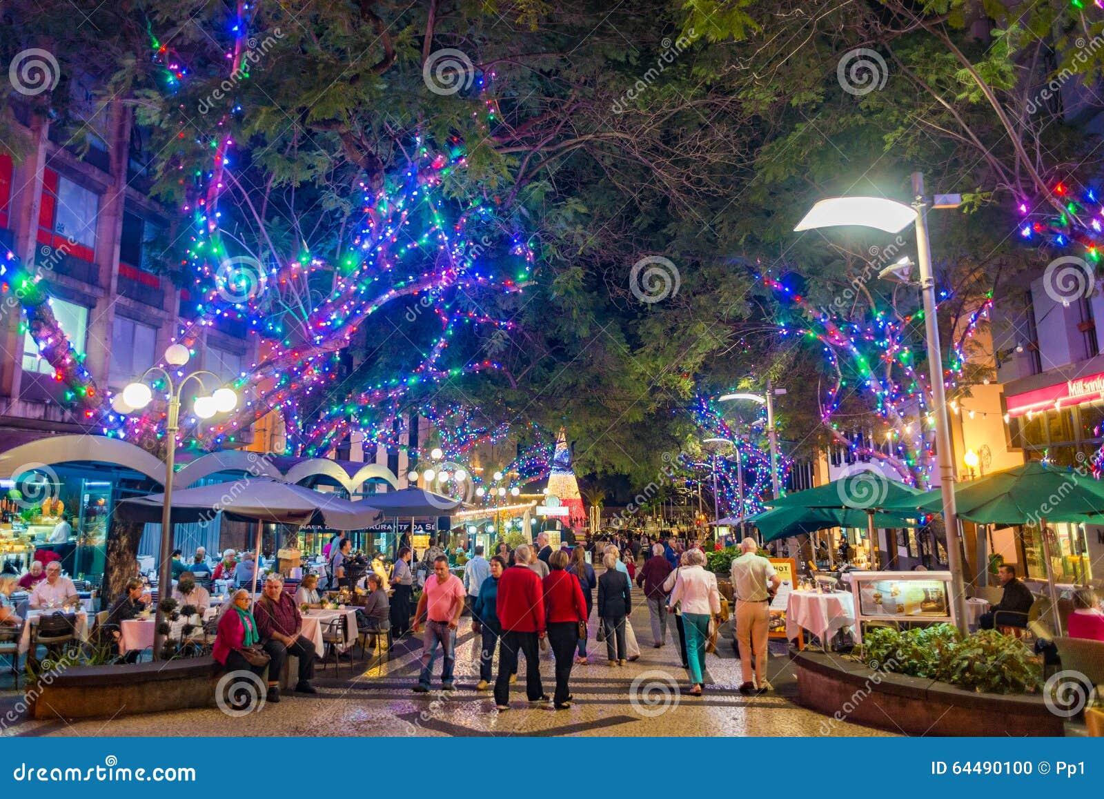 De stad van Funchal bij nacht met Kerstmis steekt decoratie aan