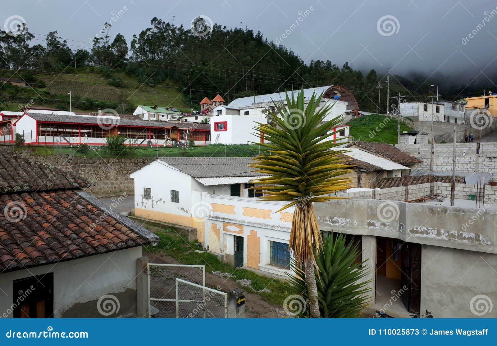 De stad van Isinlivi die door op de Quilotoa-Lijn wordt overgegaan