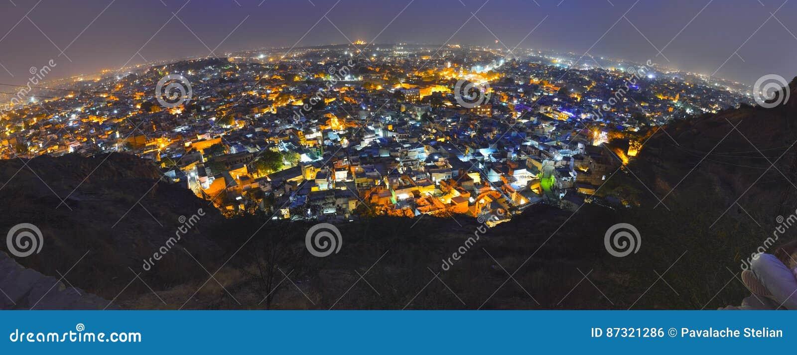 De stad van Jodhpur bij nacht