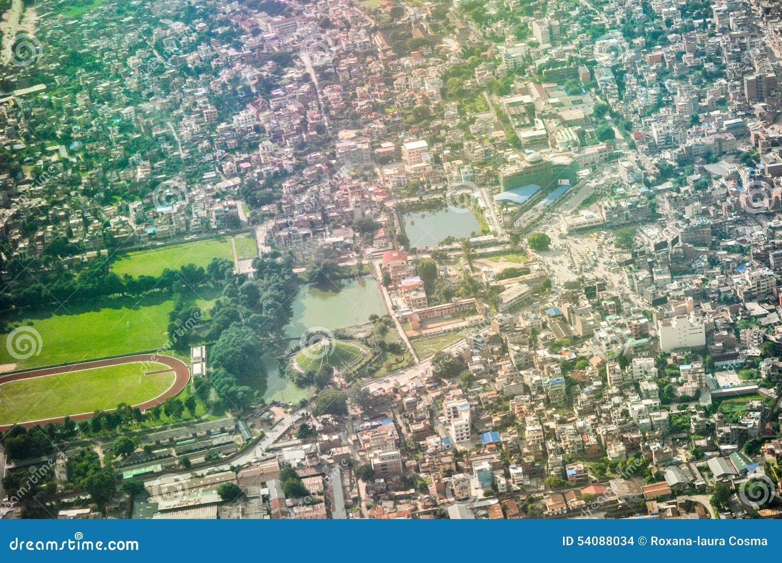 De stad van Katmandu van de lucht