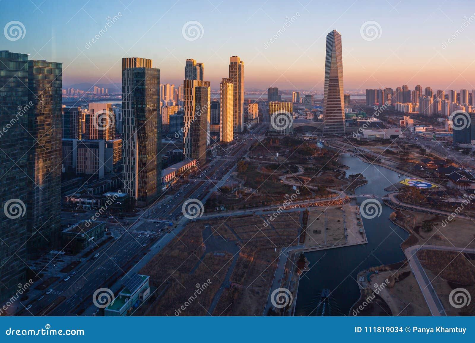 De stad van Korea in zonsondergang, Centraal park in Songdo-District, Incheon