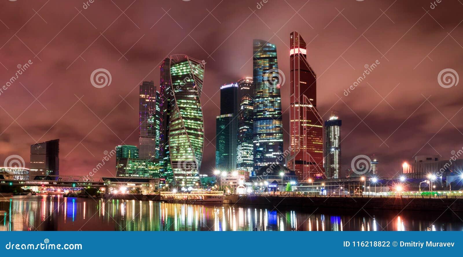 De stad van Moskou bij nacht, mening van de dijk van de Rivier van Moskou aan het bedrijfsdistrict Architectuur en oriëntatiepunt