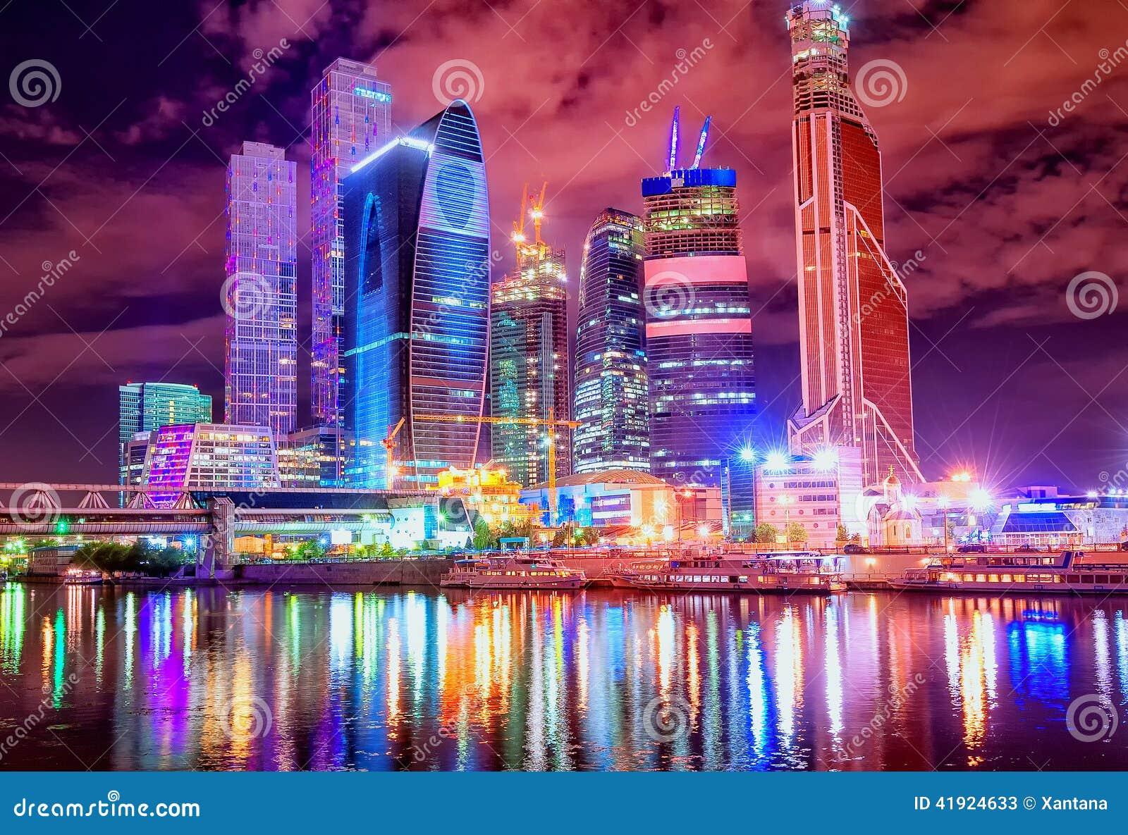 De stad van Moskou door de nacht