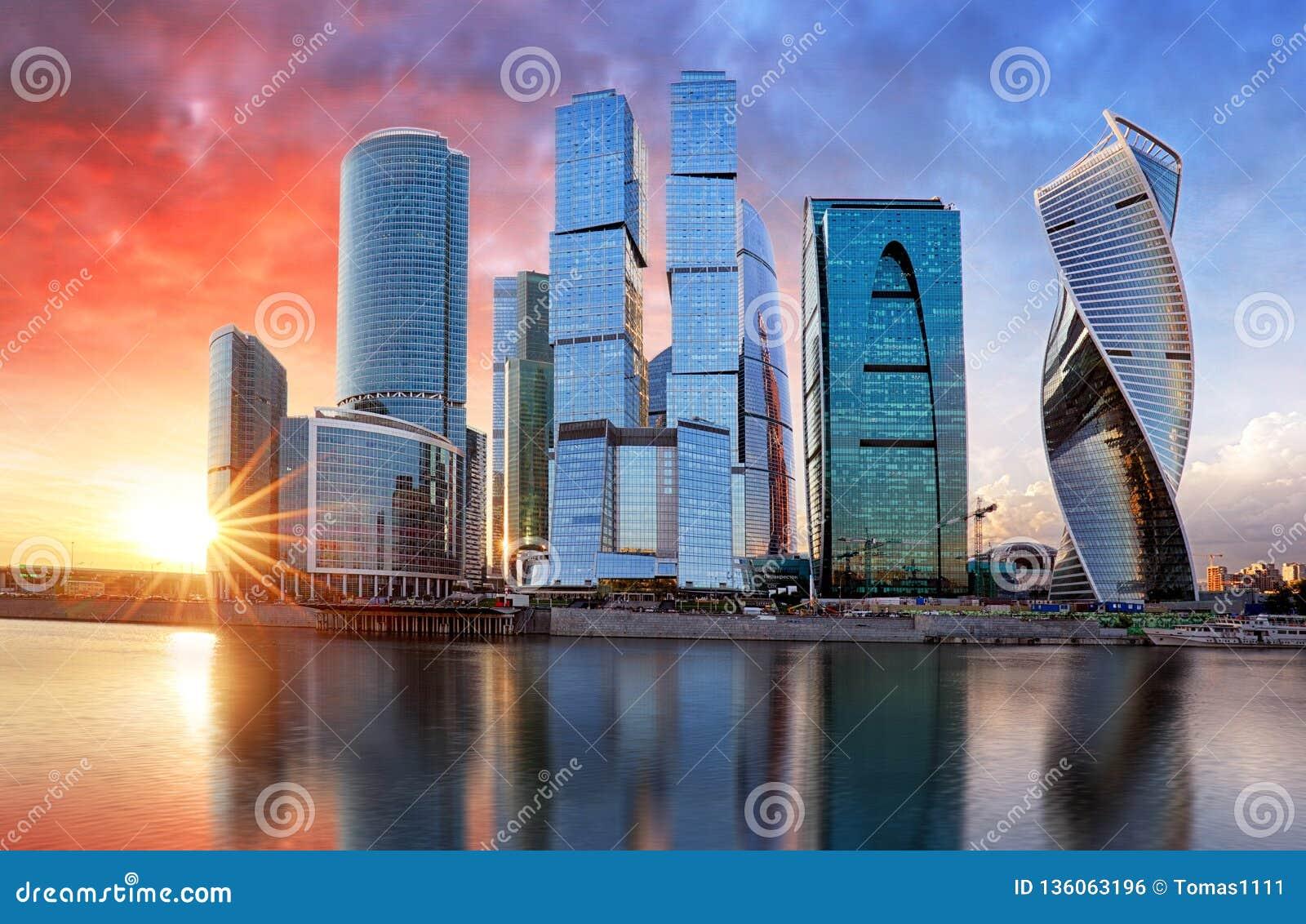 De stad van Moskou, Rusland Commercieel van Moskou Internationaal Centrum bij zonsondergang