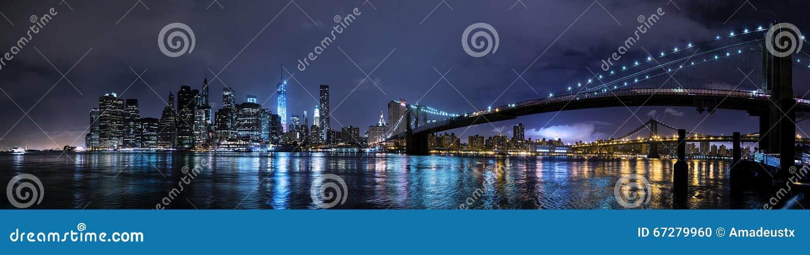 De Stad van New York, NY/USA - circa Juli 2015: Panorama van de Brug en  s nachts het Lower Manhattan van Brooklyn