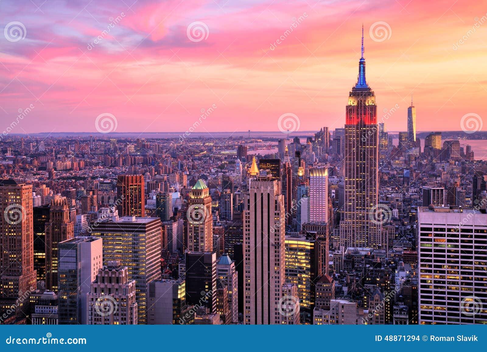De Stad van New York Uit het stadscentrum met Empire State Building bij Verbazende die Sunsetolored-rook op witte achtergrond wor