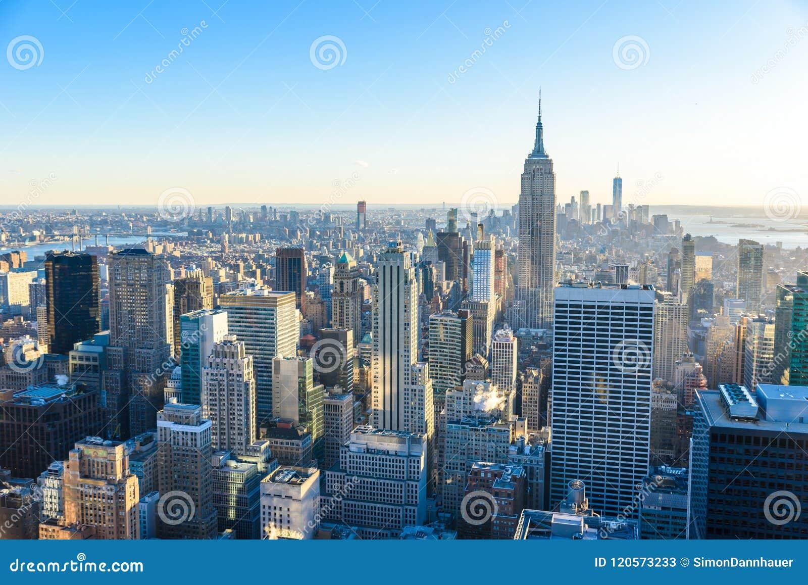 De Stad van New York - de V.S. Mening aan de Lower Manhattanhorizon van de binnenstad met beroemd Empire State Building en wolken