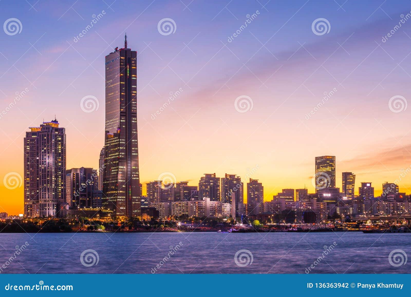 De stad van Seoel en wolkenkrabber, yeouido na zonsondergang, Zuid-Korea