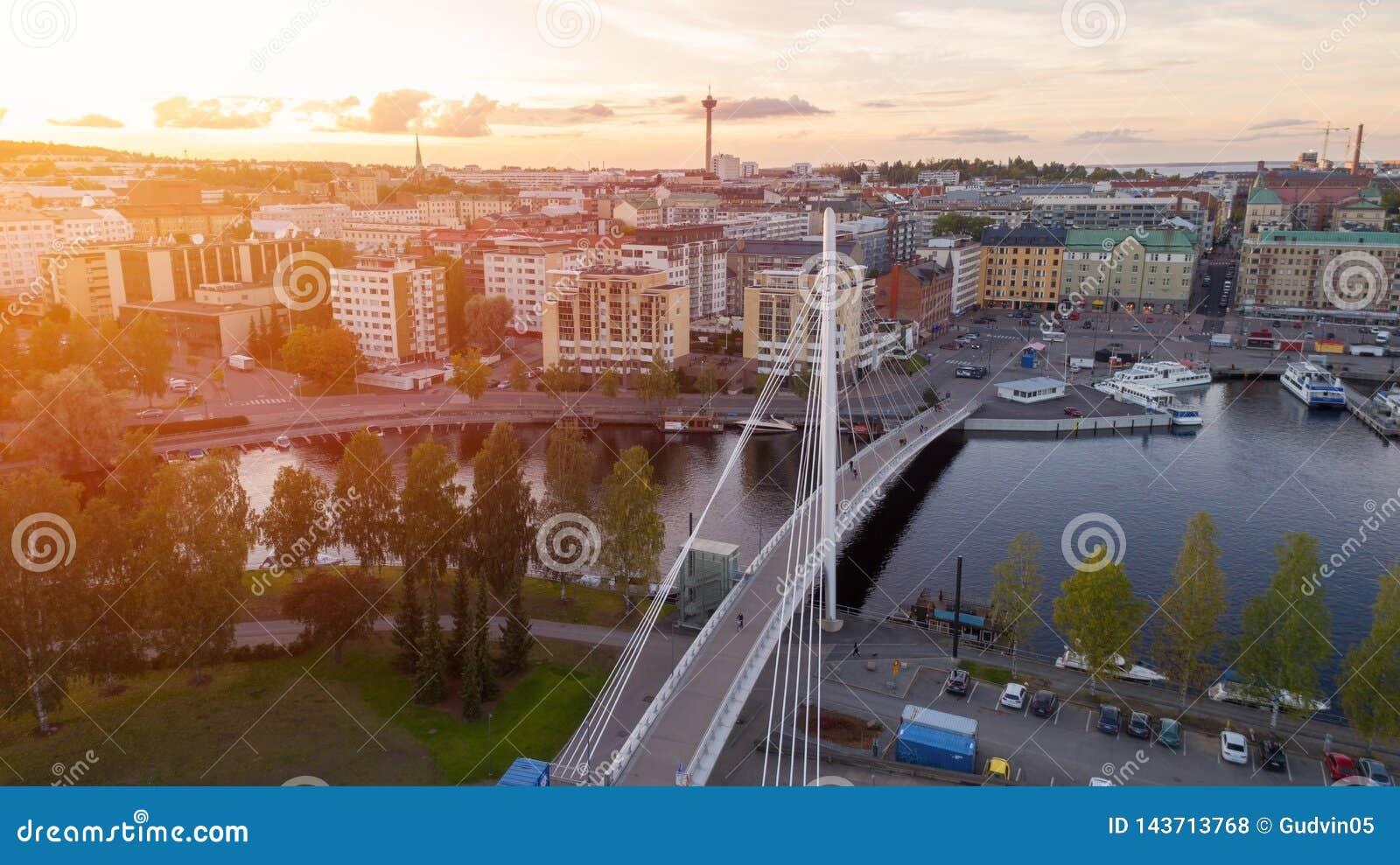 De stad van Tampere bij zonsondergang hoogste mening