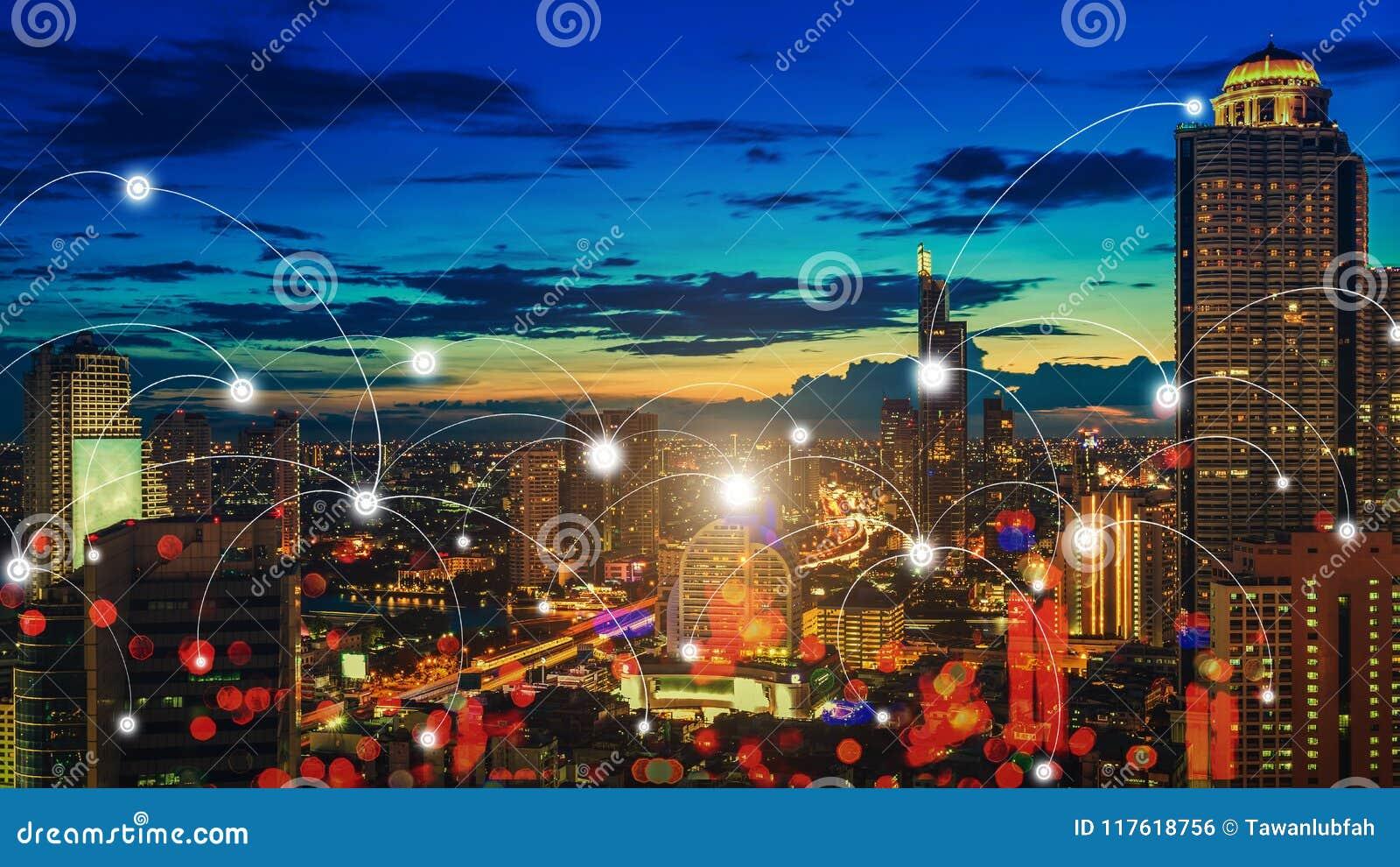 De stad van de wolkenkrabbernacht met verbindingspictogrammen Slimme mededeling