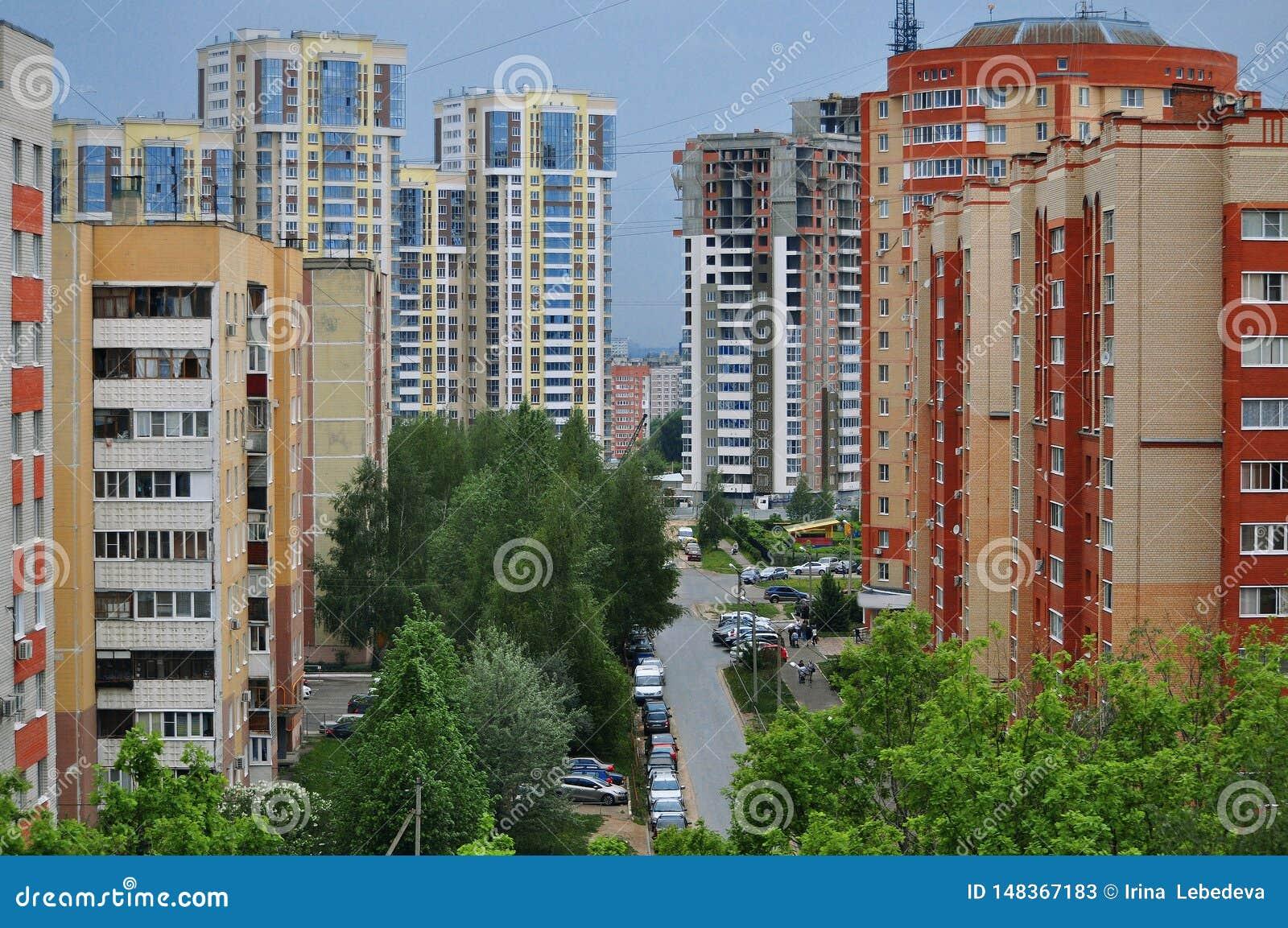 De stadshorizon die de kleurrijke huizen overziet met meerdere verdiepingen