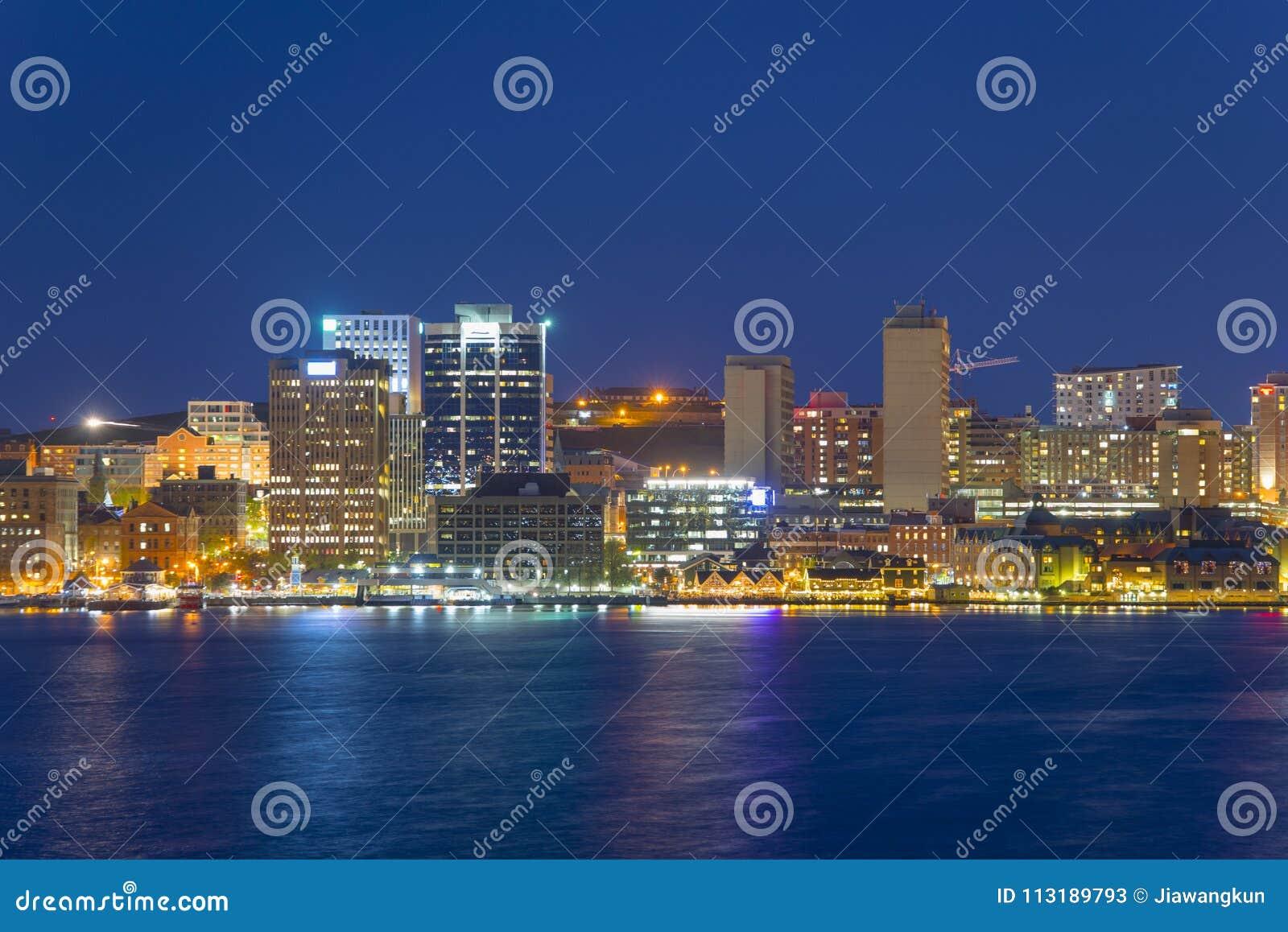 De Stadshorizon van Halifax bij nacht, Nova Scotia, Canada