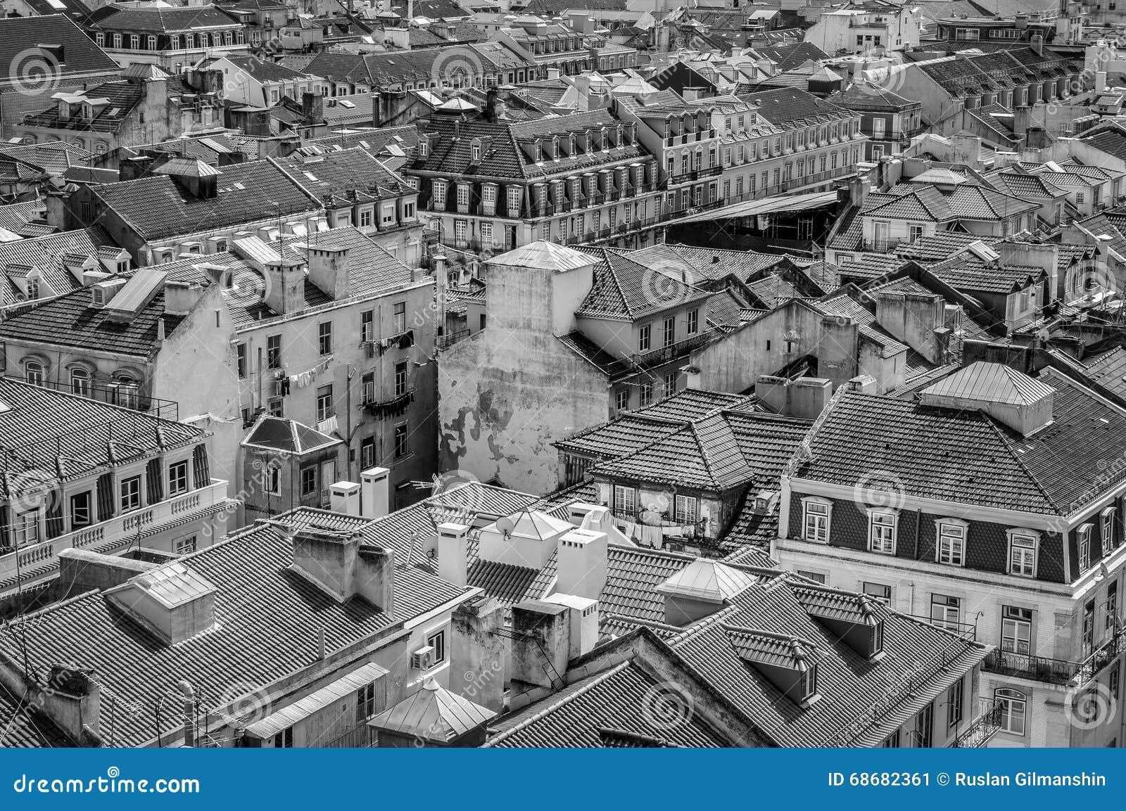 De stadshorizon van Lissabon, Portugal over Santa Justa Rua