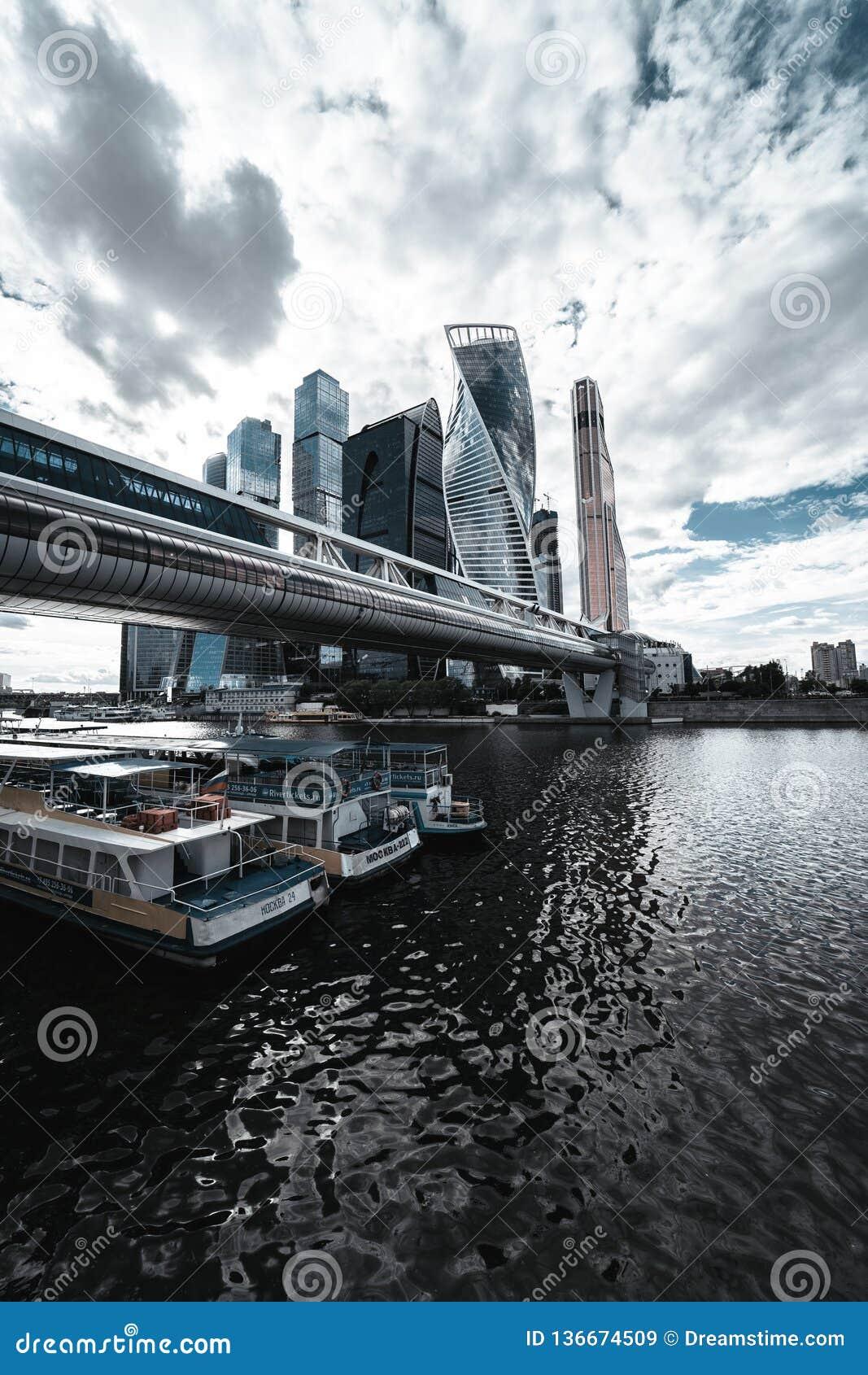 De Stadshorizon van Moskou in de bewolkte dag