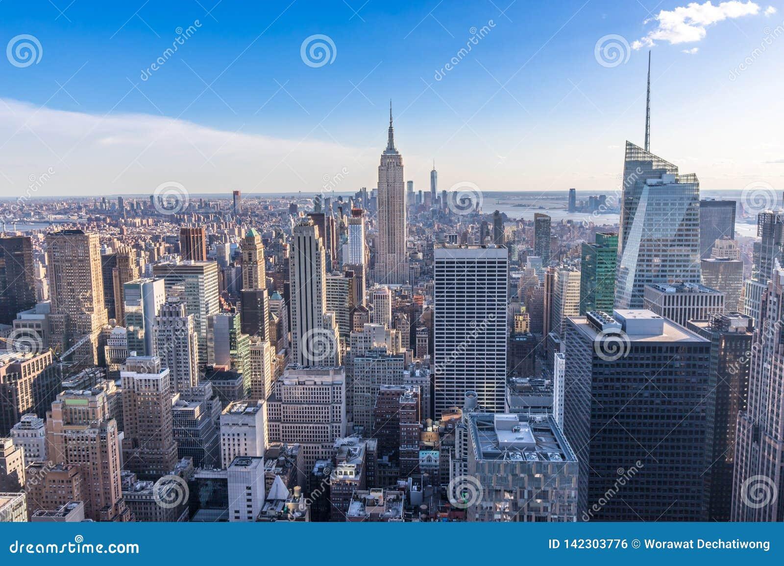 De Stadshorizon van New York in Manhattan de stad in met Empire State Building en wolkenkrabbers op zonnige dag met duidelijke bl