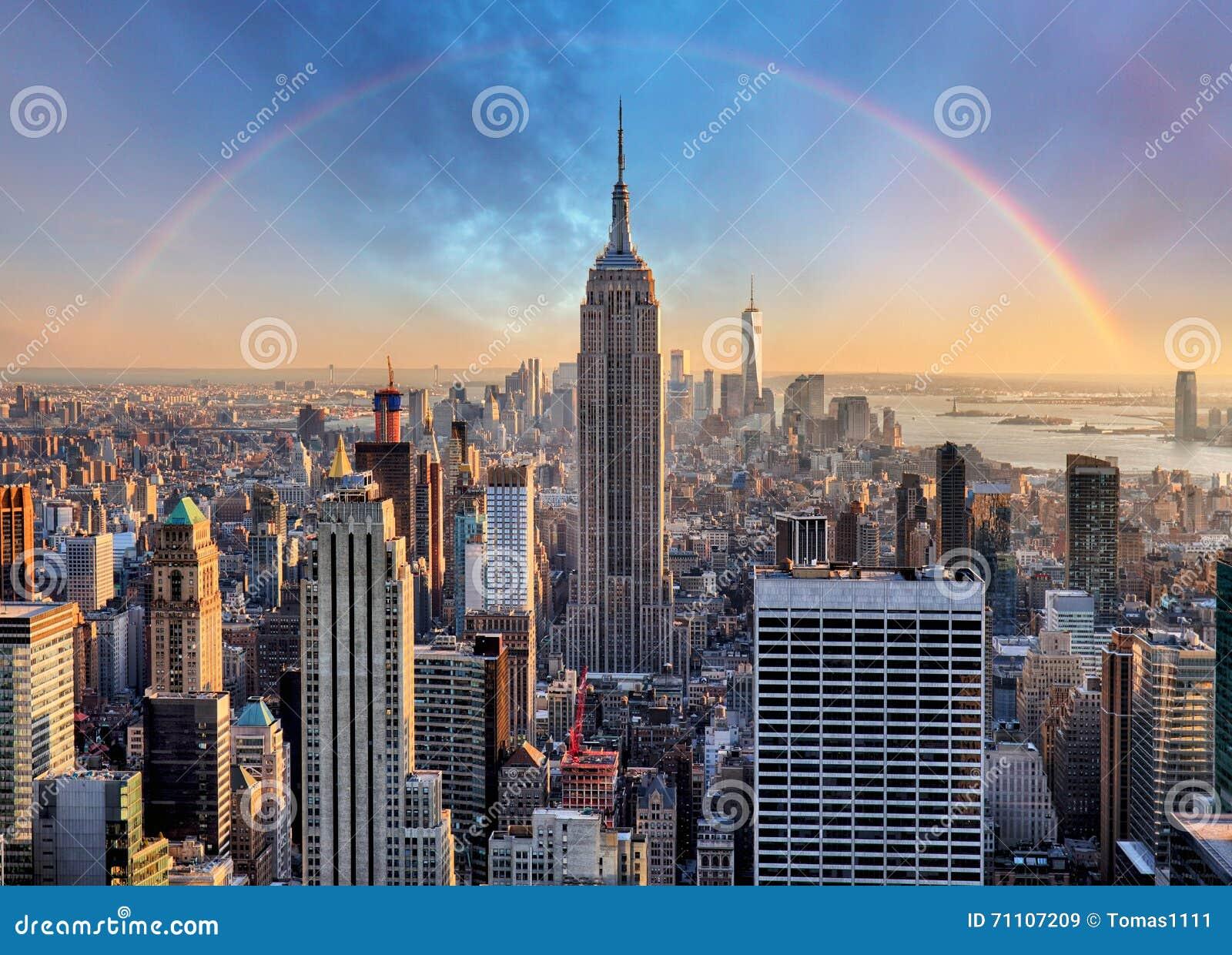 De Stadshorizon van New York met stedelijke wolkenkrabbers en regenboog