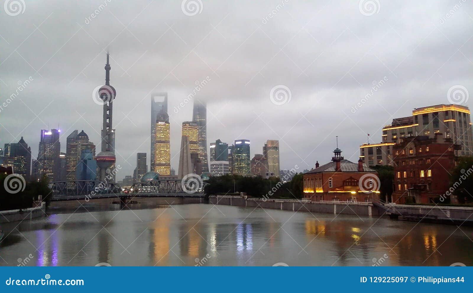 De stadshorizon van Shanghai, China op de Huangpu-Rivier
