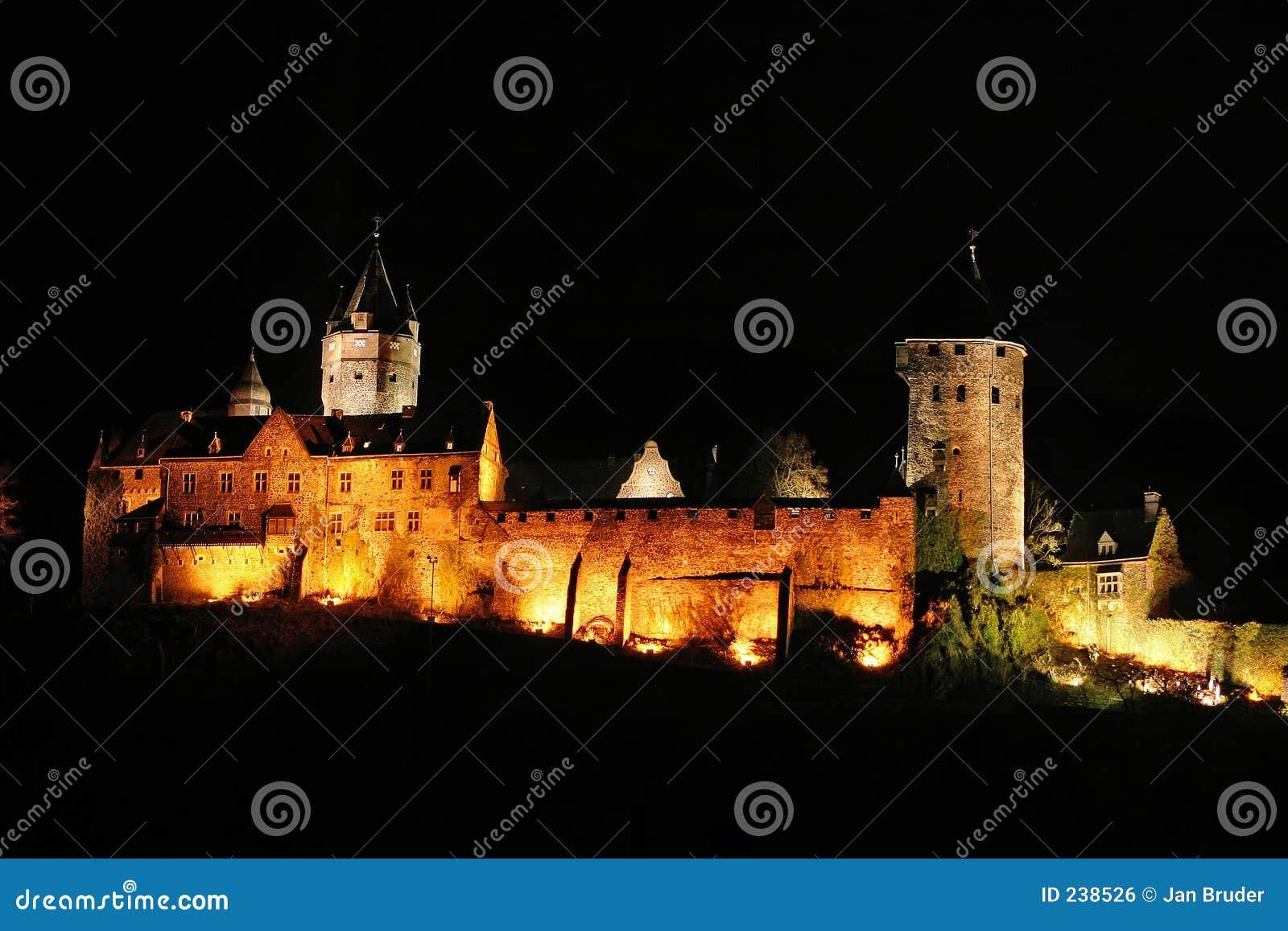 De stadskasteel van Altena bij nacht