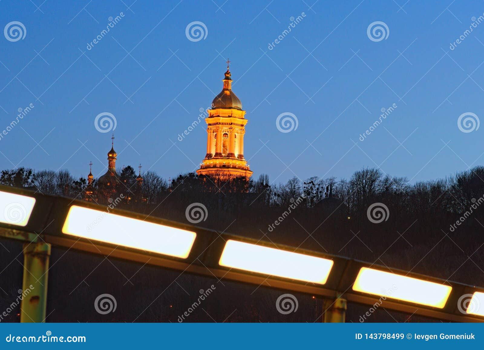 De stadslandschap van de nacht Verlichte Grote Lavra Bell Tower Great Belfry