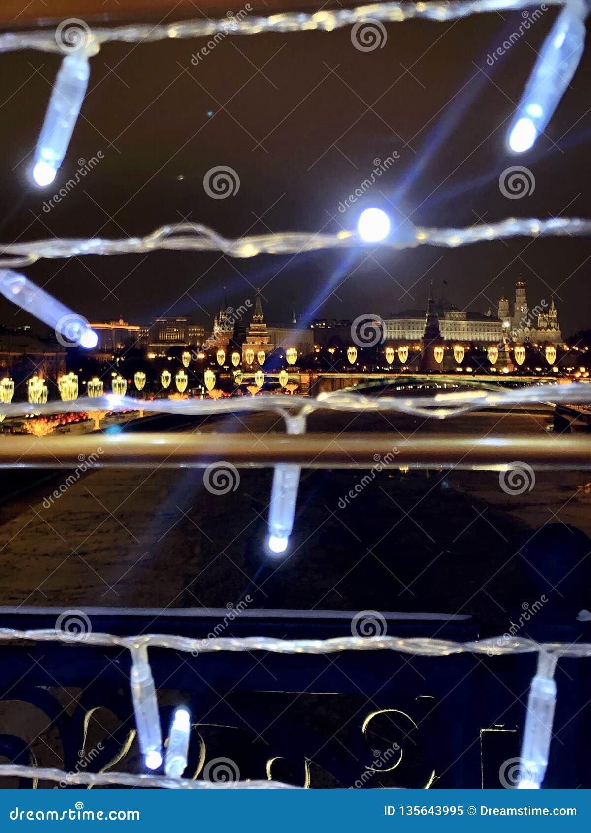 De stadslichten van Moskou en het Kremlin