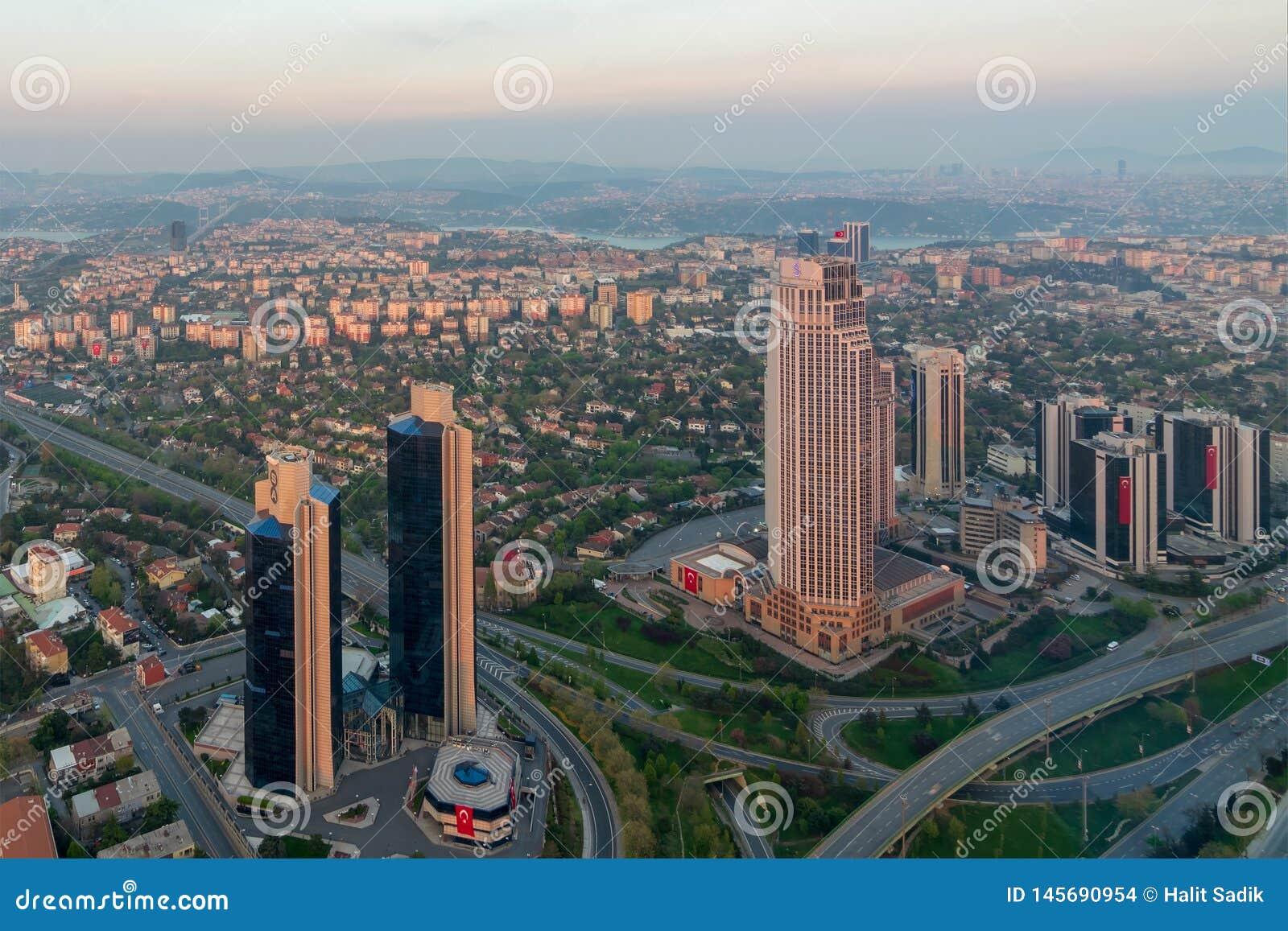 De stadsmening die van Istanboel van de Saffierwolkenkrabber van Istanboel Bosphorus bij schemer, Istanboel, Turkije overzien