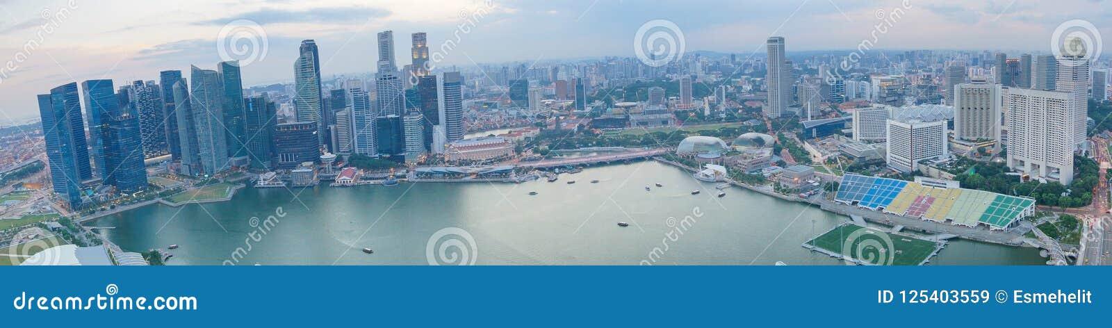 De stadspanorama van Singapore met Baaimening Moderne Aziatische megalopolis