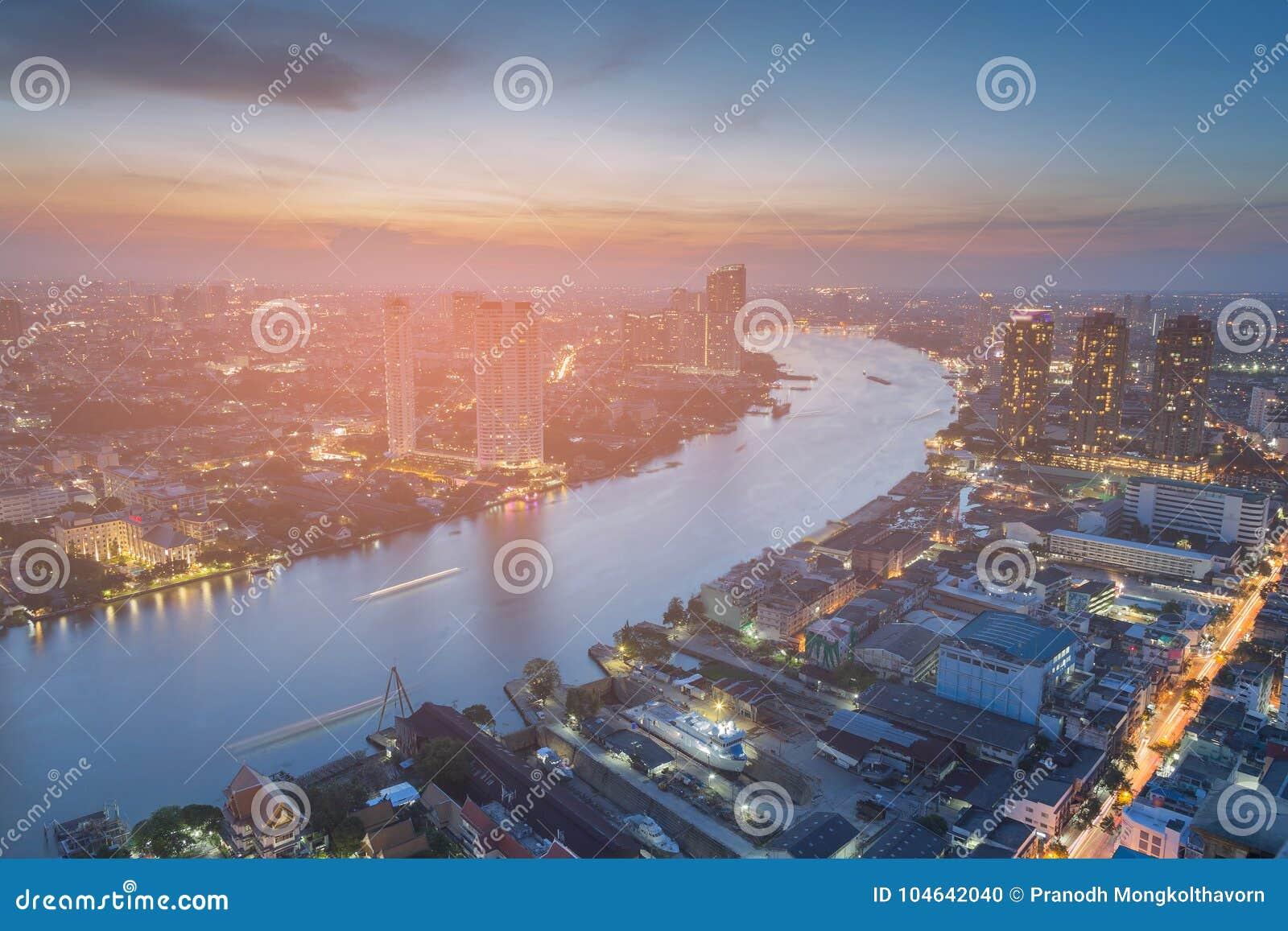 Download De De Stadsrivier Van Bangkok Boog Na Zonsondergang Stock Foto - Afbeelding bestaande uit blauw, licht: 104642040