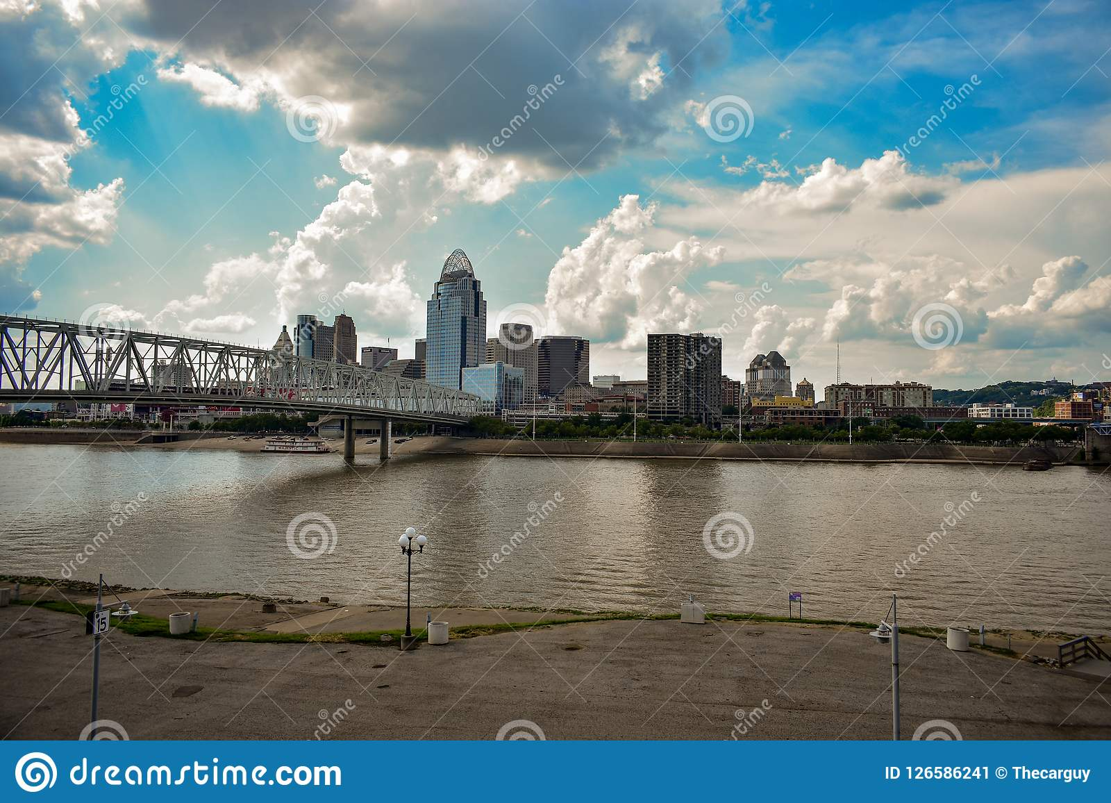 De de stadsrivier van de binnenstad van Cincinnati