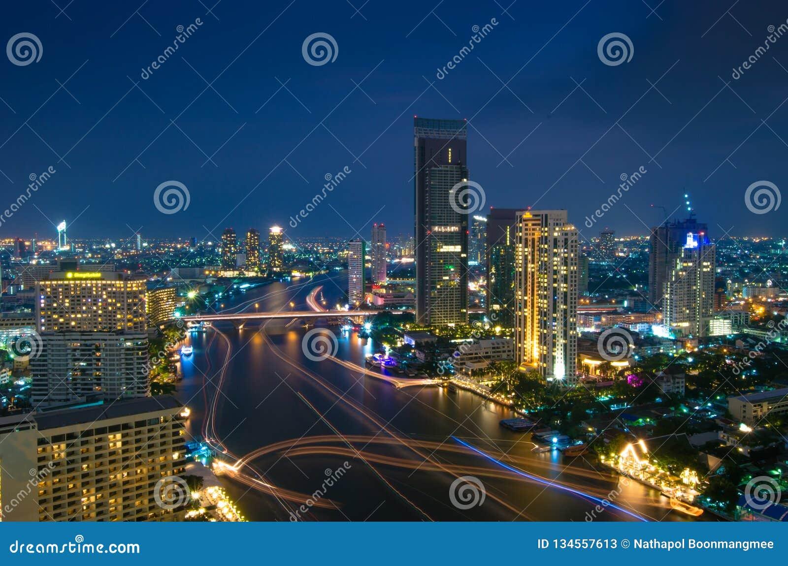 De Stadssatellietbeeld van Bangkok in schemering