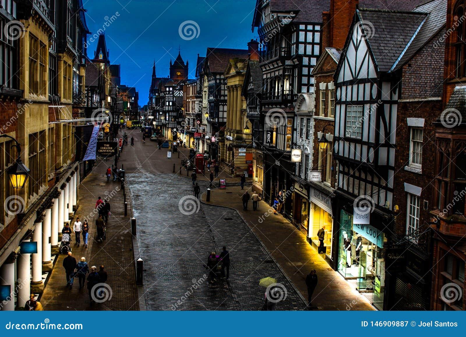 De stadsstraat van Chester bij schemer
