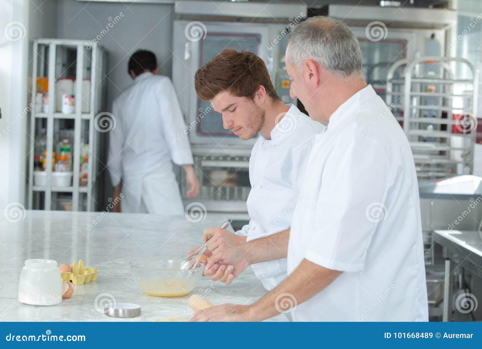 De stagiair van het chef-kokonderwijs hoe te gebakjechef-kok te worden
