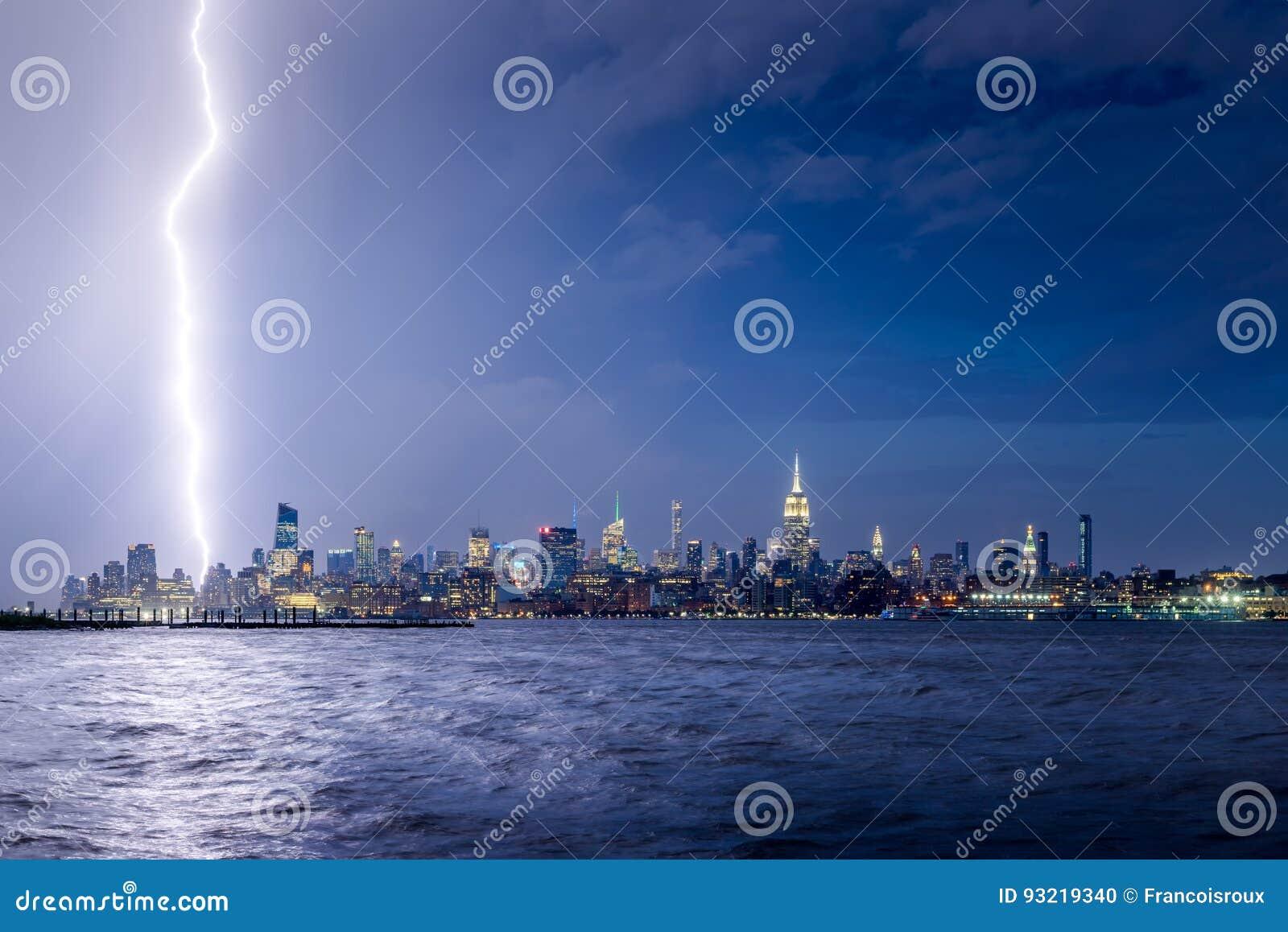 De staking van de schemeringbliksem de Stadswolkenkrabbers in van Uit het stadscentrum Manhattan, New York